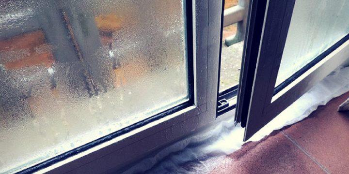 Condensa sui vetri delle finestre: perchè si forma e come eliminarla